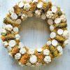 Nyári ajtókoszorú csigákkal, sárga-fehér színben