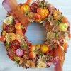 Szalmavirág koszorú őszi színekkel, gombával