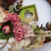 Tavaszi ajtókoszorú vessző alapon, zöld házikóval, selyemvirágokkal