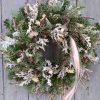 Fehér téli ajtókoszorú örökzöldekkel, természetes díszítéssel