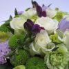 Virágdoboz lila, fehér és zöld virágokkal - részlet