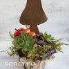 Kis őszi asztaldísz gombával, dróthálós kosárban