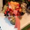 Kis asztaldísz rózsával, csipkebogyóval