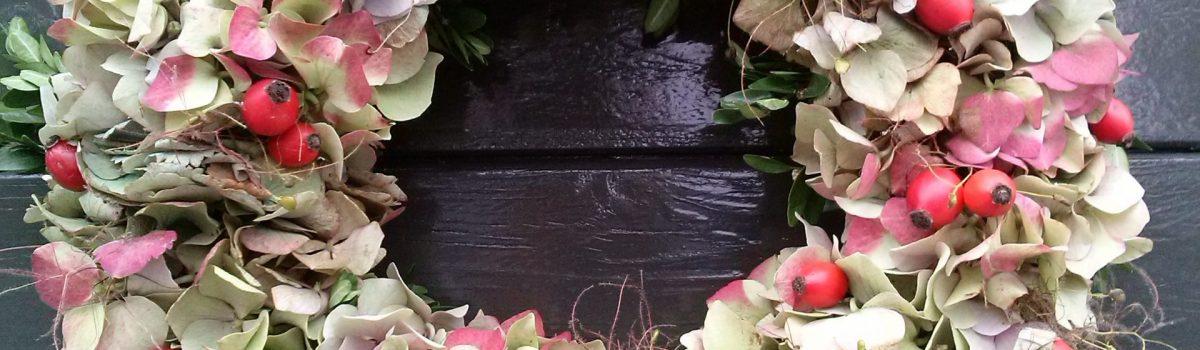 Őszi ajtókoszorú hortenziával, csipkebogyóval