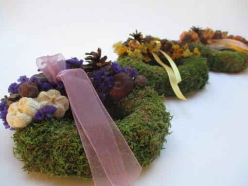 Kis mohakoszorú termésekkel díszítve, több színbben