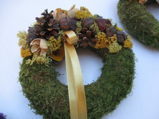 Kis mohakoszorú termésekkel díszítve, sárga-barna színben