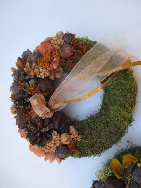 Kis mohakoszorú termésekkel díszítve, narancs-barna színben