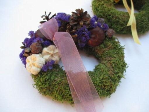 Kis mohakoszorú termésekkel díszítve, lila-fehér színben