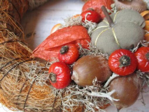 Kis őszi ajtókoszorú narancs-barna színösszeállításban - részlet