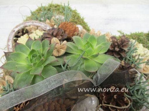 Moha szív kövirózsával és termésekkel díszítve - részlet