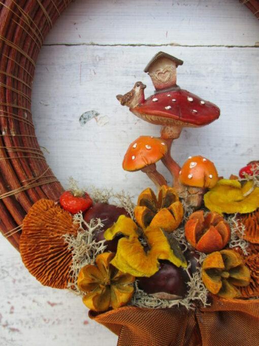 Őszi ajtókoszorú gomba házikóval, termésekkel - részlet
