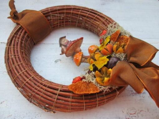 Őszi ajtókoszorú gomba házikóval, termésekkel