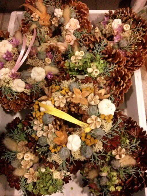 Tobozkoszorú termésekkel díszítve különböző színben
