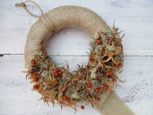 Őszi ajtókoszorú natúr barna színben, apró csipkebogyóval