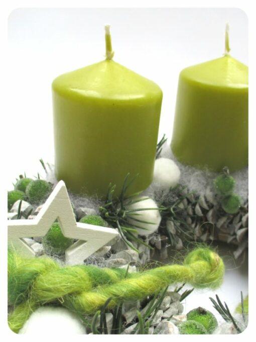 Fehér-zöld adventi koszorú fehér toboz alapon