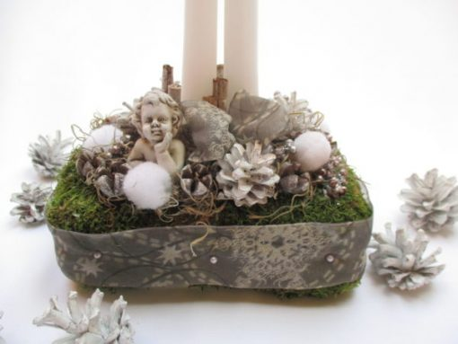 Adventi gyertyás asztaldísz angyalkával, fehér-ezüst színben