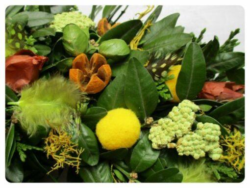 Tavaszi ajtókoszorú zöld alapon, sárga – zöld díszítéssel