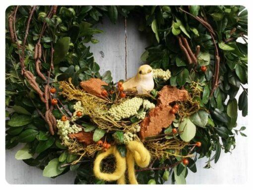Tavaszi ajtókoszorú zöld alapon, madárral, sárga színben