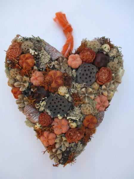 Őszi moha szív narancs-barna termésekkel