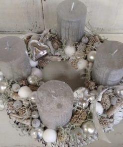 Ezüst színű adventi koszorú fehér toboz alapon
