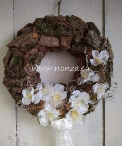 Ajtókoszorú barna fakéreg alapon, fehér virágokkal