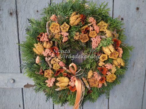 Őszi ajtókoszorú örökzöld alapon, sárga – narancs színben, termésekkel