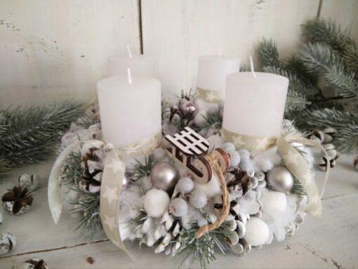 Adventi koszorú fehér toboz alapon, ezüst - fehér színben