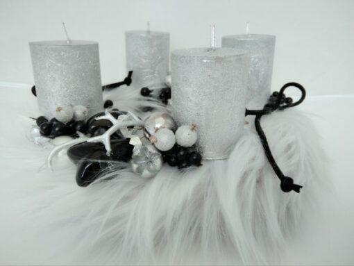 Szőrmés adventi koszorú fehér - ezüst színben