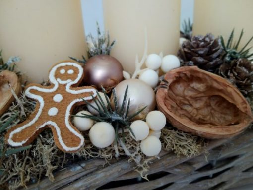 Krém - barna adventi asztaldísz fonott tartóban