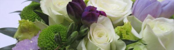 Virágdoboz lila, zöld és fehér virágokkal