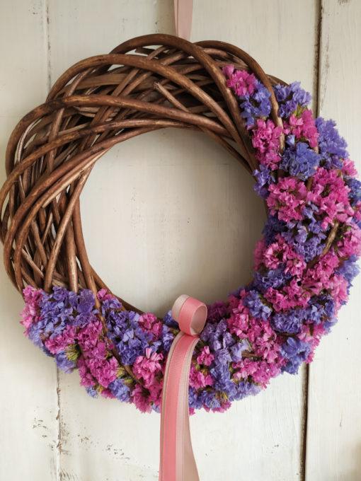 Természetes ajtókoszorú sóvirággal, lila-rózsaszín színben