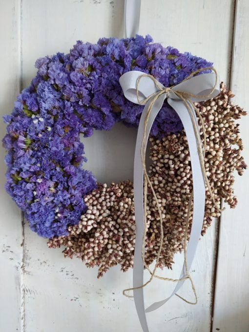 Őszi ajtókoszorú természetes díszítéssel, lila sóvirággal