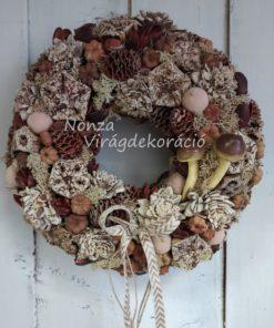 Őszi ajtókoszorú barna termésekkel, gombával