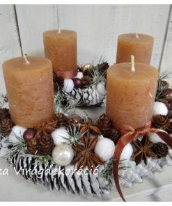 Adventi koszorú fehér toboz alapon, mézbarna gyertyákkal
