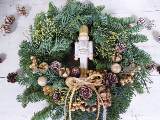 Karácsonyi fenyős ajtókoszorú Diótörővel