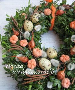 Tavaszi ajtókoszorú örökzöld alapon, narancs-barna színben