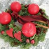 Adventi koszorú piros gömb gyertyákkal