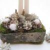 Adventi asztaldísz angyalkával, fehér-ezüst színben - részlet