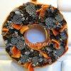 Ajtókoszorú narancssárga gyapjúval, ragasztott termésekkel