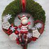 Karácsonyi ajtódísz rénszarvassal, piros – fehér színben