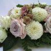 Főasztaldísz fáradt lila rózsával, hortenziával, dáliával