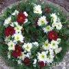 Élővirágokkal tűzött koszorú