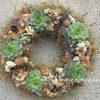 Nagy koszorú kövirózsával, hortenziával, termésekkel
