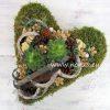 Moha szív kövirózsával és termésekkel díszítve