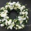 Urnakoszorú fehér virágokkal